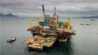 Hoje, a exploração do pré-sal é responsável por 20% da produção da Petrobrás e, em 2015, foi alcançado o recorde diário de produção de 919 mil barris de petróleo. Sabe-se que as reservas se estendem do litoral do Espírito Santo até Santa Catarina, mas a viabilidade do investimento (<a href='http://economia.estadao.com.br/noticias/geral,o-pre-sal-e-viavel--mesmo-com-a-queda-no-preco-do-petroleo,10000000649' target='_blank'>clique aqui e veja mais</a>)é uma incógnita por conta das cotações do barril de petróleo (abaixo dos US$ 30) e do alto nível de endividamento da Petrobrás. Aos 10 anos da descoberta da reserva, as ações da estatal acumulam queda de cerca de 70%, nos cálculos do economista Richard Rytenband feitos para o'Estado'.