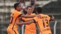 Jogadores corintianos festejam nova vitória por 2 a 0 e vaga antecipada na Copinha