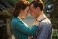 A jovem irlandesa Ellis Lacey (Saoirse Ronan) se muda de sua terra natal e vai morar em Brooklyn para tentar realizar seus sonhos. No ínicio de sua jornada nos Estados Unidos, ela sente falta de sua casa, mas ela vai tentando se ajustar aos poucos até que conhece e se apaixona por Tony (Emory Cohen), um bombeiro italiano.<a href='http://https://www.youtube.com/watch?v=15syDwC000k' target='_blank'>Veja o trailer.</a>