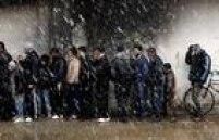 Além de lidarem com o terror promovido pelo grupo jihadista Estado Islâmico e com bomdardeios constantes, moradores de cidades sírias ainda sofrem com a fome e com a dificuldade de saírem de um território marcado pelo caos e pela violência. Milhares de refugiados se arriscam diariamente por terra ou pelo mar na esperança de chegaram à Europa. Em 5 anos, conflito na Síria deixou mais de 270 mil mortos e milhares de desabrigados