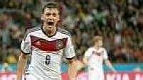Já aos 14 minutos do segundo tempo de prorrogação, Özil aumentou para Alemanha, aproveitando sobra de Belkalem.