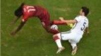 Os portugueses reclamam de uma falta dentro da área, mas o árbitro não marca a penalidade e manda o jogo seguir