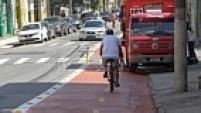 Na Barra Funda, ciclista tem de disputar espaço com caminhões que abastecem os estabelecimentos comerciais