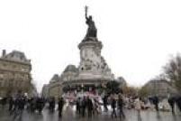 Franceses se reúnem na Praça da República, em Paris, e montam um memorial para as vítimas dos atentados