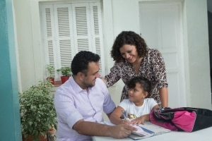 Adiantada:Letícia Klaes, de 5 anos, com os pais: decisão após consultar especialistas