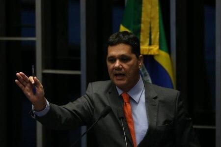 http://link.estadao.com.br/noticias/empresas,senado-aprova-projeto-que-proibe-franquia-da-banda-larga-fixa,70001700714