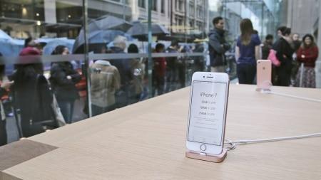 http://link.estadao.com.br/noticias/gadget,iphone-7-comeca-a-ser-vendido-no-brasil-nesta-sexta-feira,10000087649