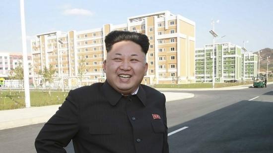 Kim Jong-Un reaparece para inspecionar moradias entregues pelo governo norte-coreano