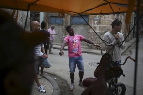 Motorista Roberto Vazquez, de 24 anos, veste uma camisa dos Stones no centro de Havana