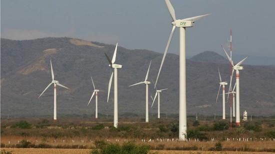 Especialistas criticam investimento em fontes de energia antigas em vez de privilegiar matrizes limpas como a energia eólica e solar