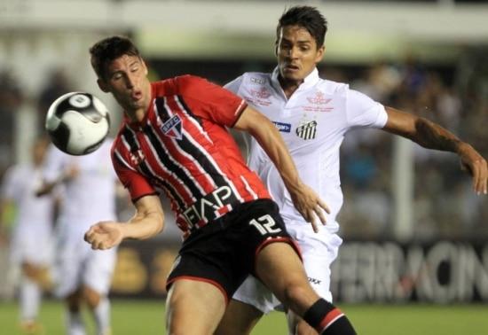 Lateral-direito Lucas Veríssimo, do Santos, marca Calleri