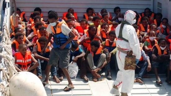 Imigrantes são resgatados pela Marinha italiana após naufrágio no Mediterrâneo no último domingo