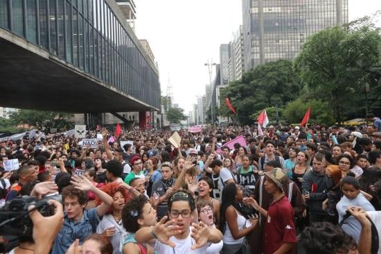 Estudantes ocupam Avenida Paulista contra proposta de reorganização da rede estadual
