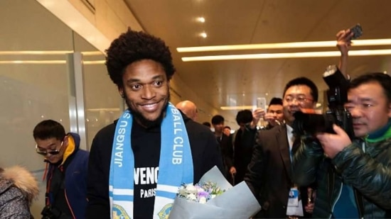 Chineses fizeram festa por Luiz Adriano na segunda-feira e, um dia depois, ele volta à Itália