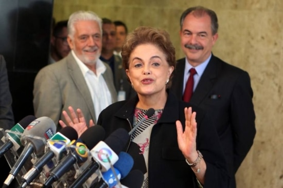 Dilma Rousseff diz em coletiva que 'não tem cara de quem vai renunciar'