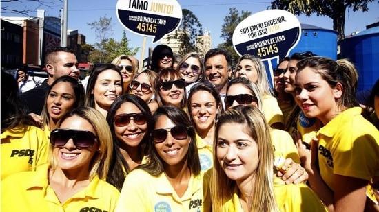 Aécio visita Carreata Mulheres de Peito com Alckmin ao lado de 30 modelos, em SP