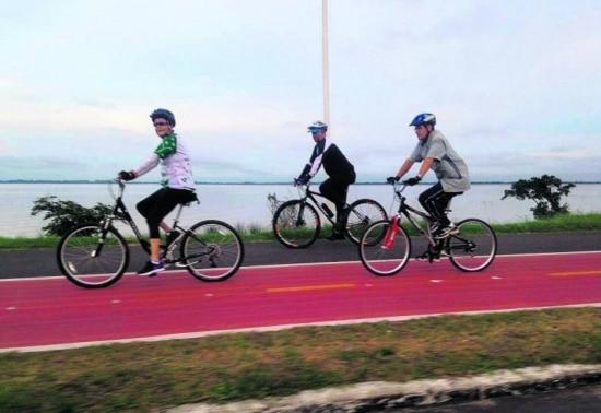 Com dois seguranças, a presidente Dilma Rousseff pedalou de manhã na orla do Guaíba, em Porto Alegre