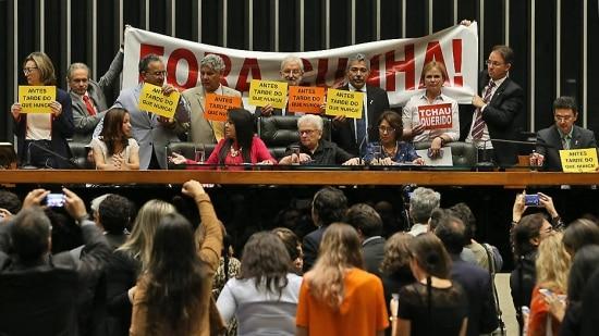 """Deputados da oposição aCunhacolocam faixas com dizeres """" Fora Cunha"""" na mesa do Plenário da Câmara em Brasília"""