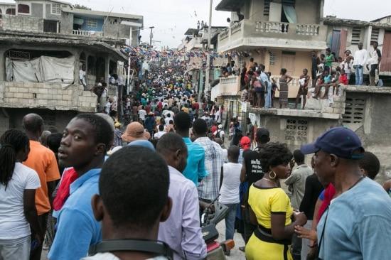 Haitianos participam de protesto contra o atual presidente e pedem novas eleições