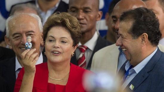 ED1406100828     BSB  10/06/14        NACIONAL         DILMA/PDT      A presidente Dilma Roussef, com boneco de Leonel Brizola que recebeu do presidente do Partido, Carlos Lupi (D), durante a Convencao Nacional do PDT, na sede do Partido.FOTO ED FERREIRA/ESTADAO