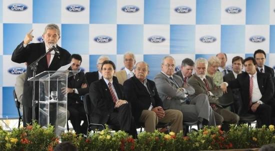 O ex-presidente da República, Luiz Inácio Lula da Silva, discursa durante visita ao complexo automotivo da Ford, em Camaçari (BA), em 2009