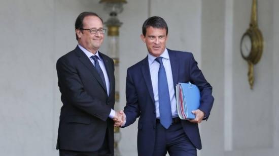 O presidente da França, François Hollande, cumprimenta Manuel Valls, primeiro-ministro francês