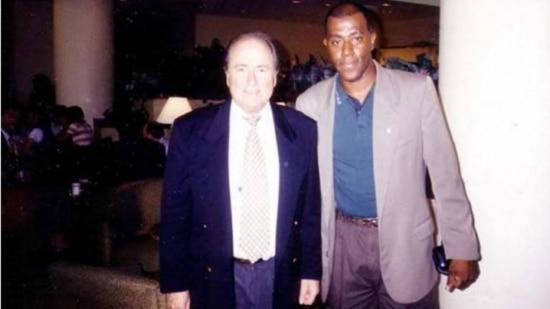 Líder de esquema de vendas de ingressos, o franco-argelino Lamine Fofana posa ao lado do presidente da Fifa, Joseph Blatter