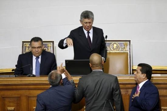 Presidente da Assembleia Nacional, Henry Ramos Allup (C) ouve reclamação de chavistas