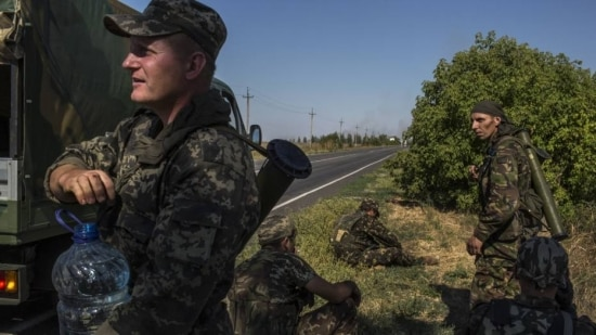 Soldados ucranianos em posição defensiva em Novoazovsk, na fronteira entre Ucrânia e Rússia