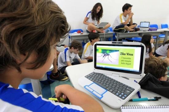 Alunos do 7° ano do colégio Santi, no Paraíso, aprendem sobre o mosquito nas aulas de ciências