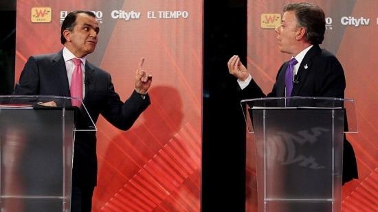 BOG213. BOGOTÁ (COLOMBIA), 09/06/2014.- El candidato presidente de Colombia, Juan Manuel Santos (d), y su contendiente por el partido Centro Democrático, Óscar Iván Zuluaga (i), participan en un debate televisado hoy, lunes 9 de junio de 2014, en Bogotá (Colombia). Este domingo se celebrará la segunda vuelta de las elecciones presidenciales colombianas. EFE/Leonardo Muñoz