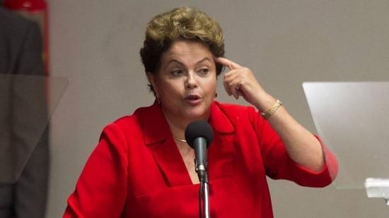 Dilma mostrou confusão ao ser questionada sobre a entrega da taça da Copa do Mundo