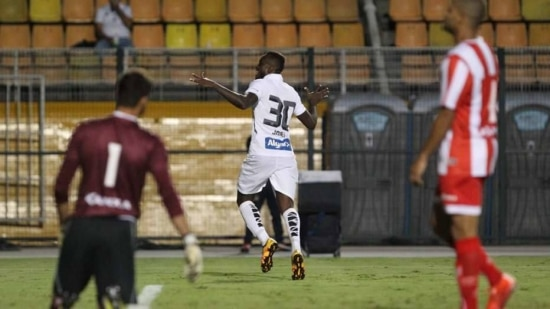 Camaronês Joel foi o artilehrio da noite no Pacaembu ao anotar dois gols para o Santos