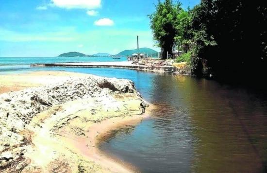 Em um extremo da praia fica o Riacho Beatriz, e do outro, o Rio do Brás; ambos desembocam esgoto no mar