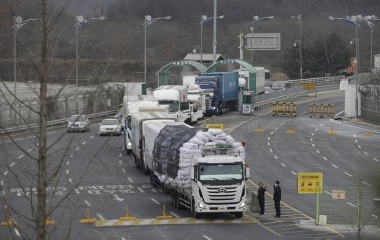Caminhões carregados com produtos feitos no complexo industrial de Kaesong cruzam a fronteira com o Sul após serem expulsos por Pyongyang