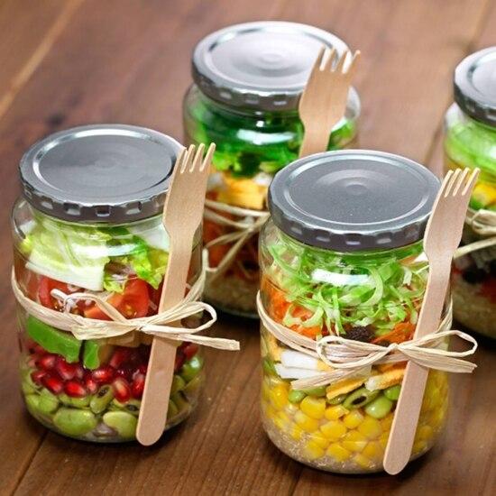 As saladas no pote podem substituir a marmita e são mais práticas por não precisarem esquentar