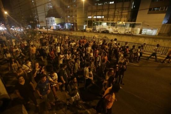 Estudantes da PUC protestam na Av. Matarazzo, em São Paulo
