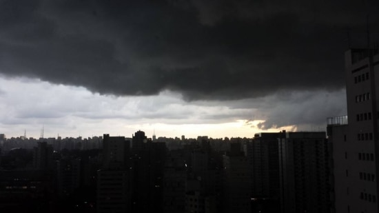 Nuvens escuras encobriram a região de Moema, na capital paulista