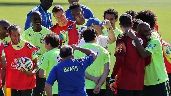 Felipão trata de aliviar a tensão pré-jogo e desconsidera retrospecto favorável contra o Chile
