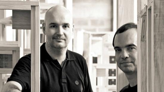 Os designers Gulherme Leite e Andre Bastos do estúdio Nada se Leva