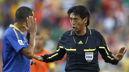 África do Sul, Porto Elizabeth. 02/07/2010. O árbitro japonês Yuichi Nishimura (d) é visto durante partida entre Brasil e Holanda, válida pelas quartas de final da Copa do Mundo 2010, no Estádio Nelson Mandela Bay, em Port Elizabeth, África do Sul. A Holanda venceu por 2 a 1 e eliminou o Brasil no torneio. - Crédito:RODOLFO BUHRER/LA IMAGEM/FOTO ARENA/AE/Código imagem:62912