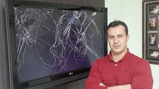 Rafael Gambarim mostra o estrago que fez em sua própria televisão