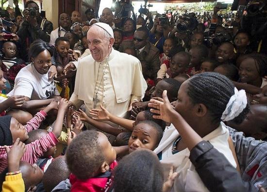 O último giro de Francisco no ano incluiu três países africanos:Quênia, Uganda e República Centro-Africana. Na imagem,Francisco cumprimenta um grupo de crianças em sua passagem pela capital do Quênia, Nairóbi