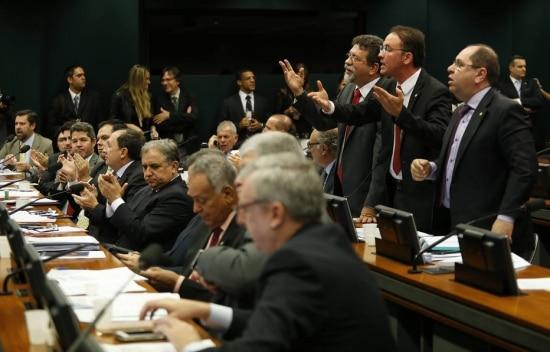 Deputados da base aliada do governo questionam votação de requerimentos em sessão da CPI