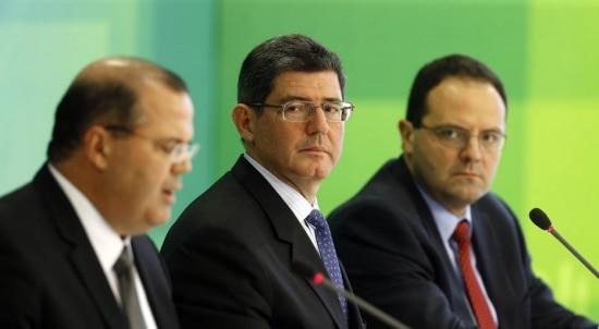 Da esquerda para a direita, o presidente doBanco CentralAlexandre Tombini, o ministro daFazendaJoaquim Levy, e o ministro do Planejamento Nelson Barbosa, no salão leste do Palácio do Planalto, em Brasília.