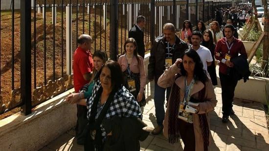 Pessoas passam para ver Templo de Salomão