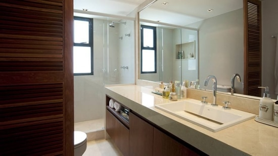 Banheiro com armário de madeira projetado por Fábio Bouillet e Rodrigo Jorge