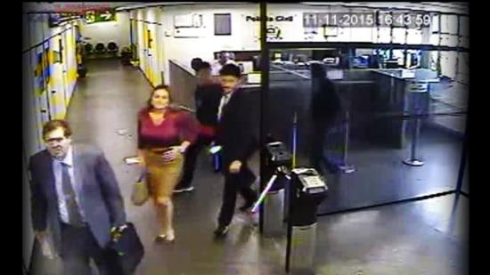 Vídeo mostrapromotores chegandoao prédio, antes de os policiais fugirem