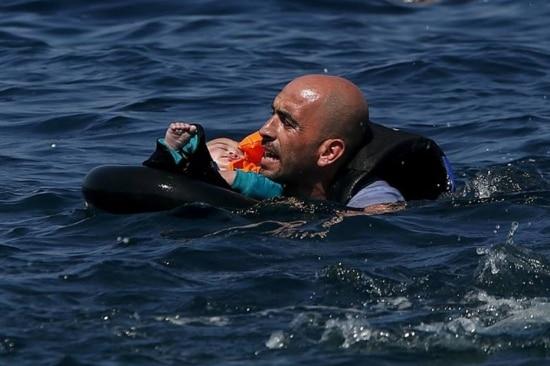 Refugiado segura bebê após embarcação naufragar antes de chegar a ilha grega