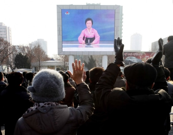 Do lado de fora de uma estação de trem em Pyongyang, norte-coreanos comemoram anuncio do teste com bomba de hidrogênio